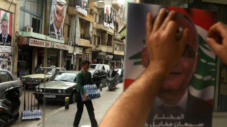 Seçim kampanyaları kapsamında Beyrut sokaklarında duvarlar afişlerle kaplanmış durumda. (AFP)